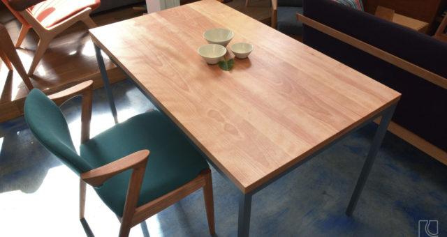 国産真樺材のテーブル