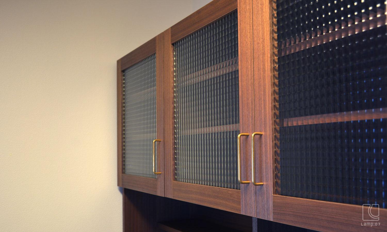 キッチンボード/ウォールナット+真鍮+チェッカーガラス